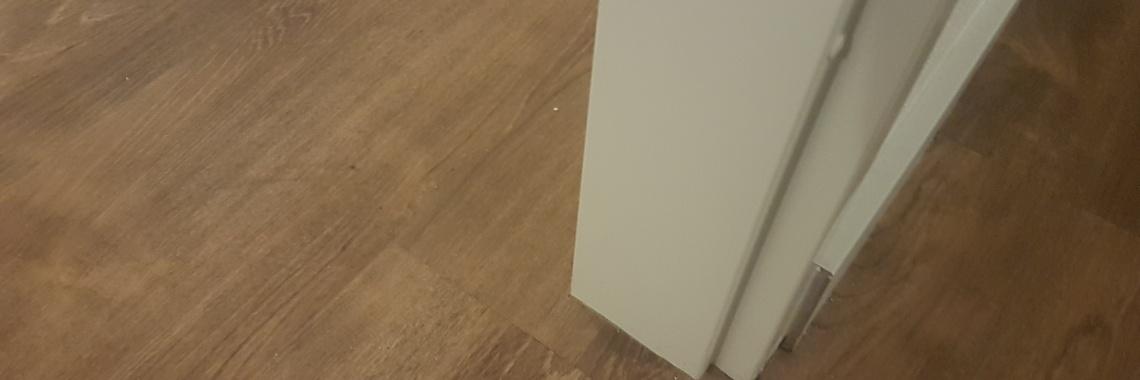 PVC vloer afgewerkt met hoge plinten